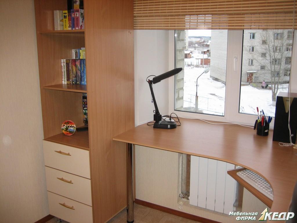 Компьютерные столы угловые у окна дизайн.