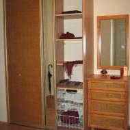 Шкаф-купе для прихожей из ЛДСП, раздвижные двери облицованы материалом «ротанг» и зеркалом. «Начинка шкафа очень функциональна и компактна.