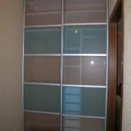 Щкаф-купе для гардеробной. Раздвижные двери из стекла в алюминиевой рамке.