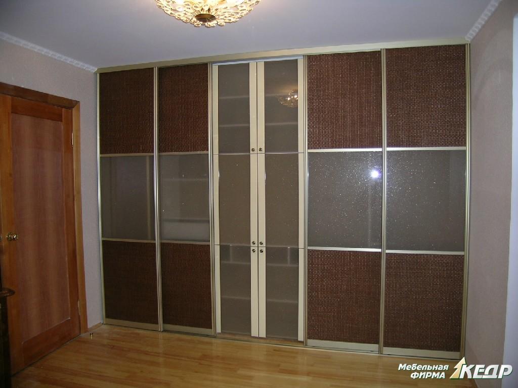 Шкаф-купе для спальни. Раздвижные двери облицованы материалом «ротанг» и стеклом в алюминиевой рамке.