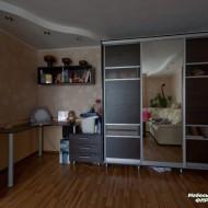Шкаф-купе для детской комнаты. Раздвижные двери облицованы шпонированным МДФ, зеркалом и стеклом.