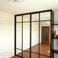Шкаф-купе для детской с зеркальными раздвижными дверями.