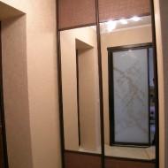 Шкаф-купе для прихожей. Для облицовки раздвижных дверей был использован «ротанг и рейка из тонированной сосны.