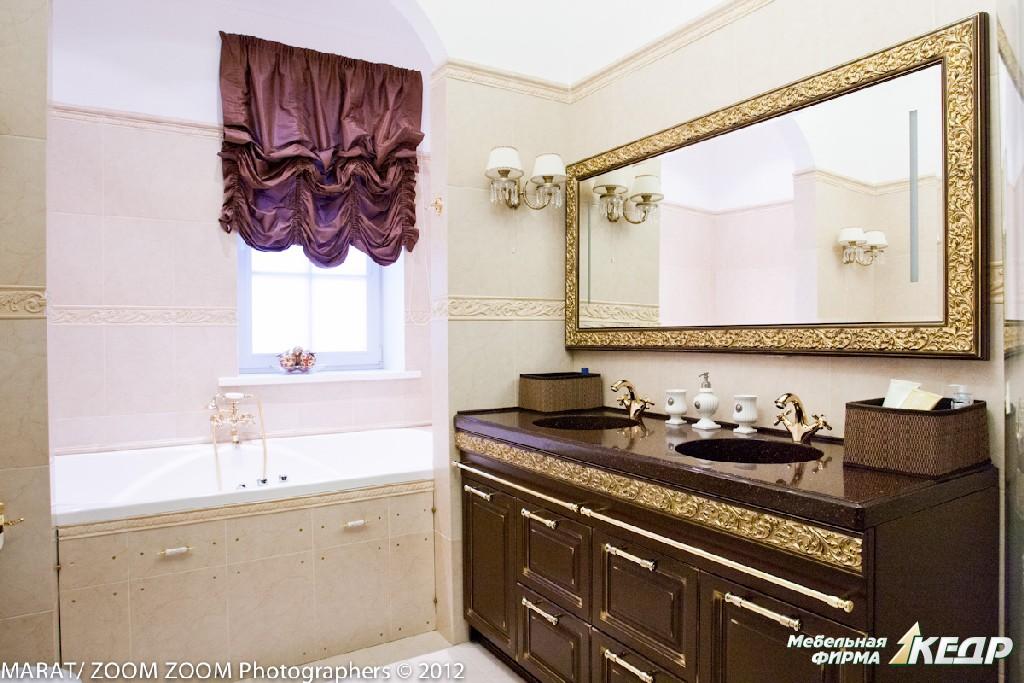 Материал: сосна окрашенная с золотой патиной, столешница- натуральный камень. Комод под мойку на 2 персоны. Оригинальная разработка для ванной комнаты является украшением и ярким пятном на фоне светлой отделки помещения. Так же нами была изготовлена рама для зеркала.