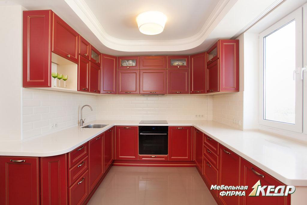 красная кухня из массива