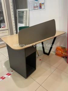 Стол с экраном для записок